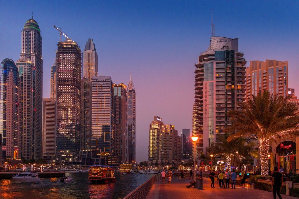 Dubai Marina är ett område som är perfekt att strosa i på kvällen. Massor av restauranger.