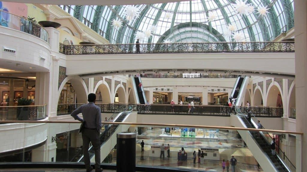 Mall of The Emirates är andra största köpcentrumet i Dubai och värt ett besök. Här finns den berömda inomhus skidbacken.